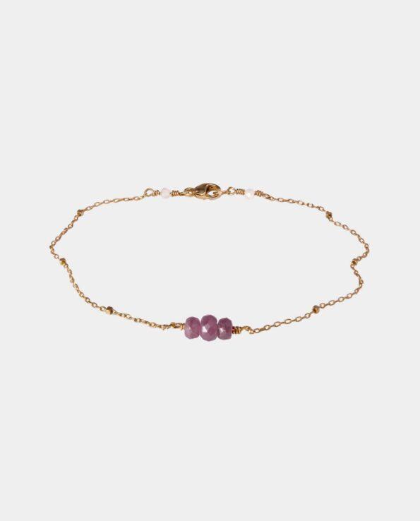 Armbånd med tre pink safirer og fin kæde i sterlingsølv forgyldt med 18 karat guld der er nikkelfri