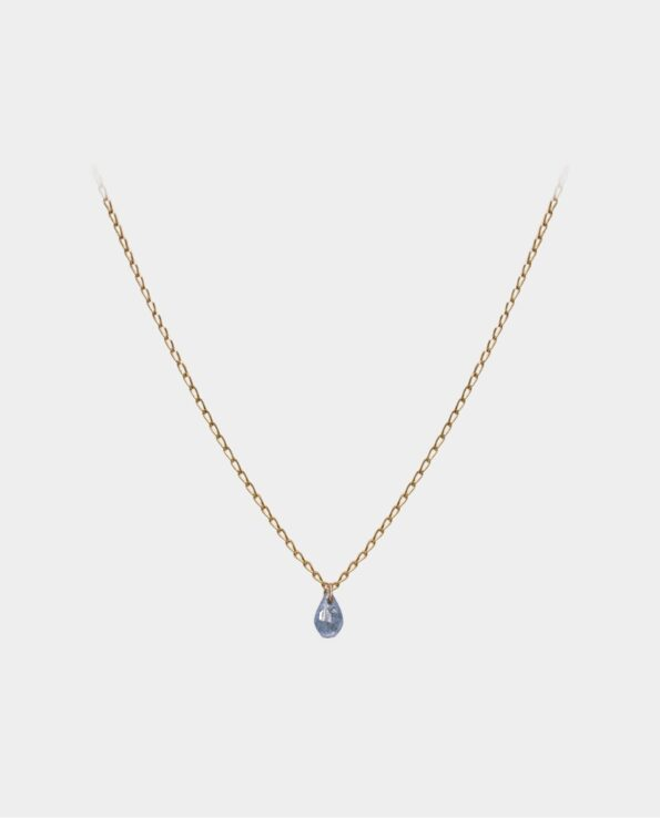 Halskæde med eventyrlig blå safir som er en dragende æstetisk nydelse