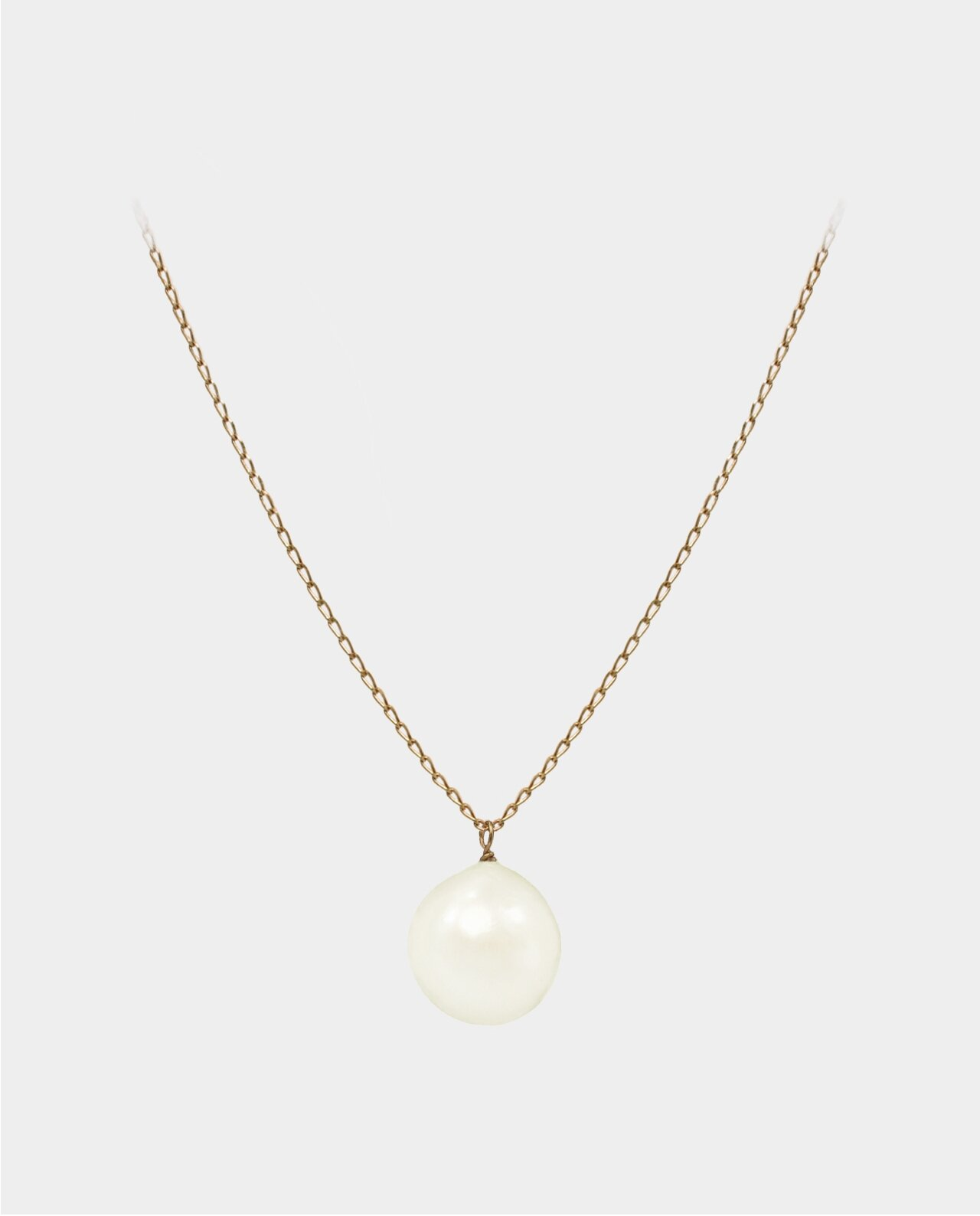 Necklace with a white pearl moving freely in its jewelry chain of sterling silver plated with 18 carat gold