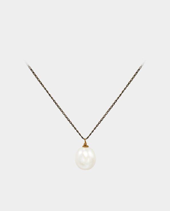 Halskæde med hvid perle der bevæger sig frit i sin smykkekæde af oxideret sterlingsølv