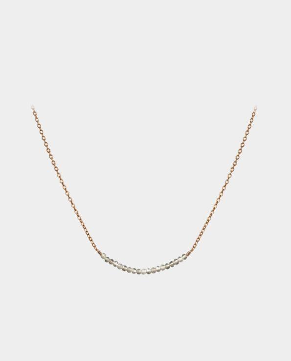 Halskædens design varierer mellem beige labradorit, grå månesten og sort spinél og ædelstenene fremstår som et smykke i sig selv