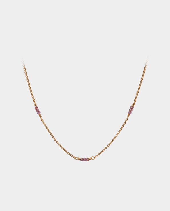 Håndlavet halskæde med granater forarbejdet til at lægge sig fint om din hals med kæde af sterlingsølv forgyldt med 18 karat guld uden nikkel