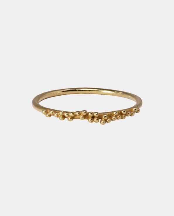 Ring inspireret af historisk fransk design med små kugler som ornamenter i sterlingsølv forgyldt med 18 karat karat guld