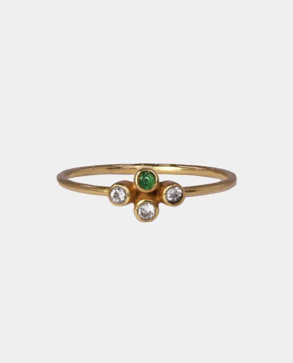 Klassisk ring med grønne og hvide zirkoner som skaber et spekter af plirrende farver