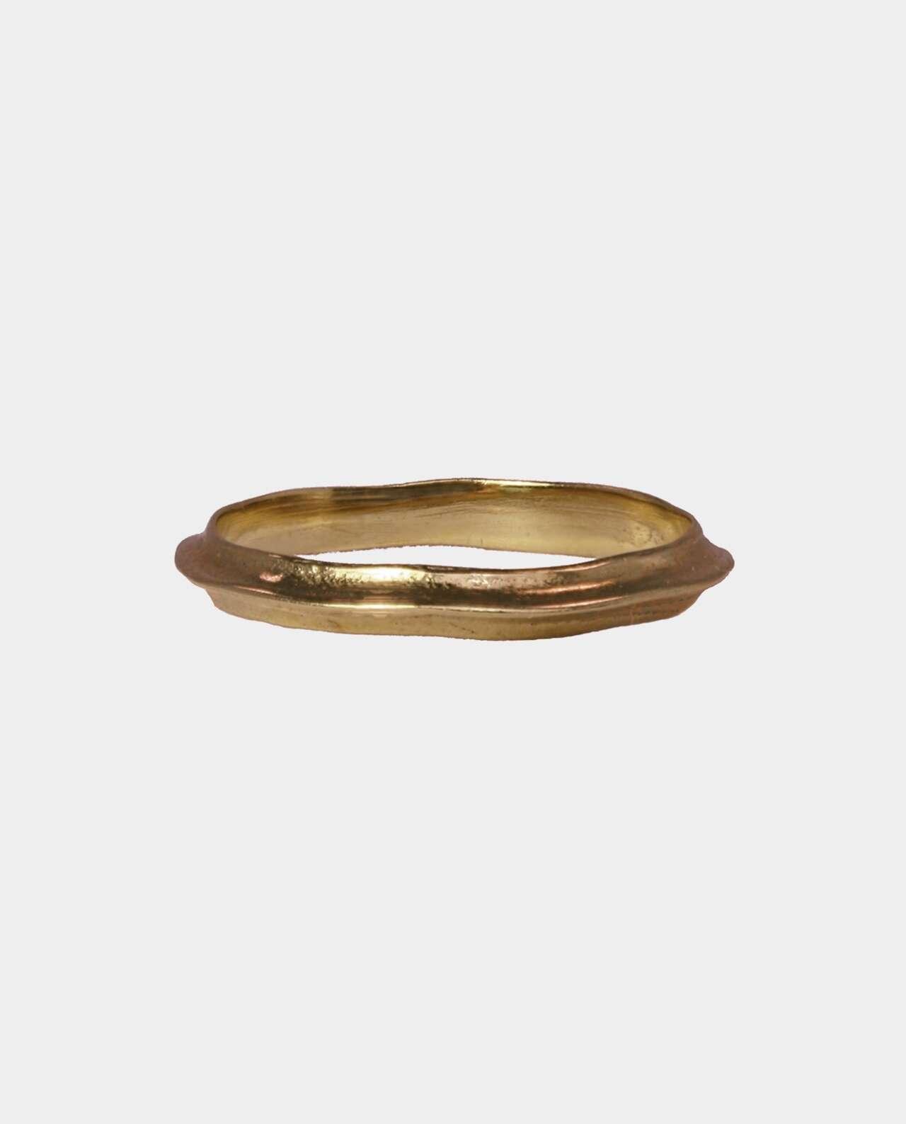 cfcad9a9b4e6 Rustik vintage ring efter gammelt design med skæve linjer inspireret af den  måde antikkens guldsmede forarbejdede