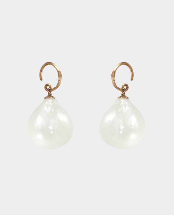 Rustic earhook in sterling silver gilt with 18 carat gold as a living contrast to rustic droplet-shaped pearl with organic surface