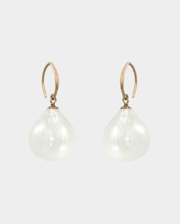 Unikke øreringe efter gammelt design på livagtige ferskvandsperler med individuel overflade i smykkebutik i København