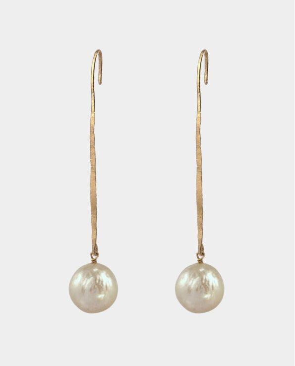 Original smykkekunst i form af lange hamrede ørepinde med runde gyldne perler som er inspireret af antikkens guldsmede