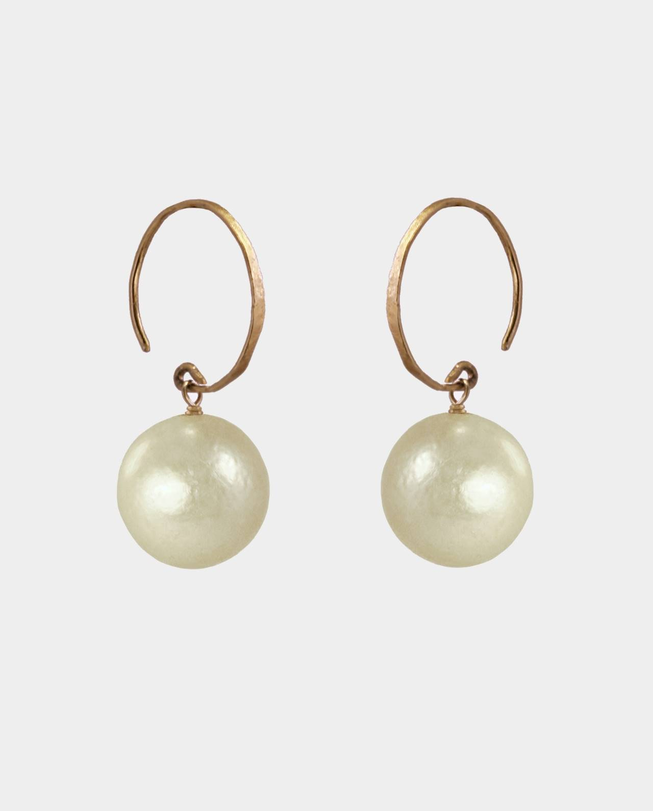 Handmade golden pearls in a colour spectrum with circular gold-plated vintage ear hooks