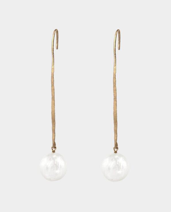 Original smykkekunst i form af lange hamrede ørepinde med runde hvide perler som er inspireret af antikkens guldsmede