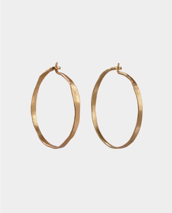 Håndlavede øreringe med retro overflade og feminin appeal der gør smykkerne unikke og understreger din personlighed