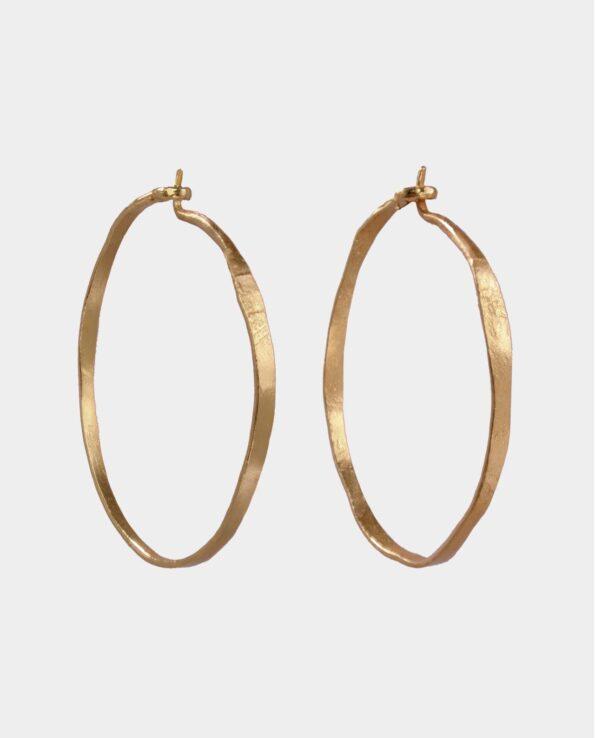 Håndlavede hoops med rustik tekstur og feminin power der gør øreringene unikke og fremhæver din personlighed