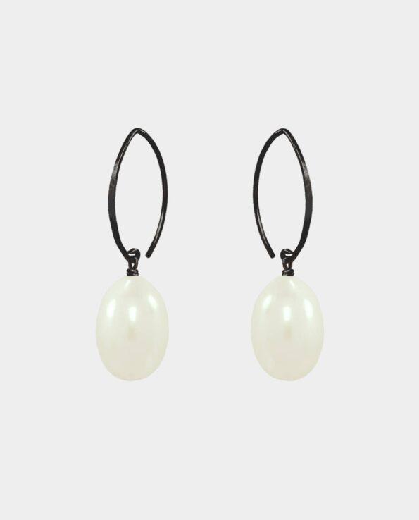 Øreringe med spejlblanke elfenbenshvide ferskvandsperler som gør smykkerne til en tidløs luksus klassiker