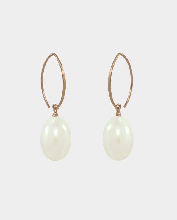 Øreringe med hvide ovale ferskvandsperler og høje spidse ørekroge i sterlingsølv forgyldt med 18 karat guld uden nikkel
