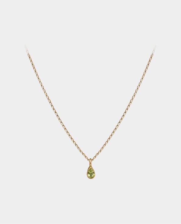 Halskæde med blå peridot vedhæng hvis lysreflekser i smykkets facetter virker dragende