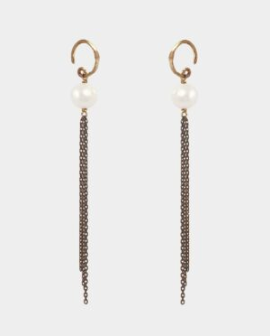 Jewelry in gold and black silver make the pearls sparkle and give the earrings personality