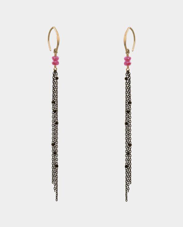 Øreringenes pink safirer i samspil med forgyldte ørekroge og små smykkekæder af oxyderet sølv