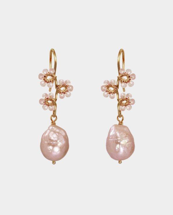 Lyserød naturlig perle med blomster formet af peach moonstone ædelsten på klassiske antikt inspirerede øreringe