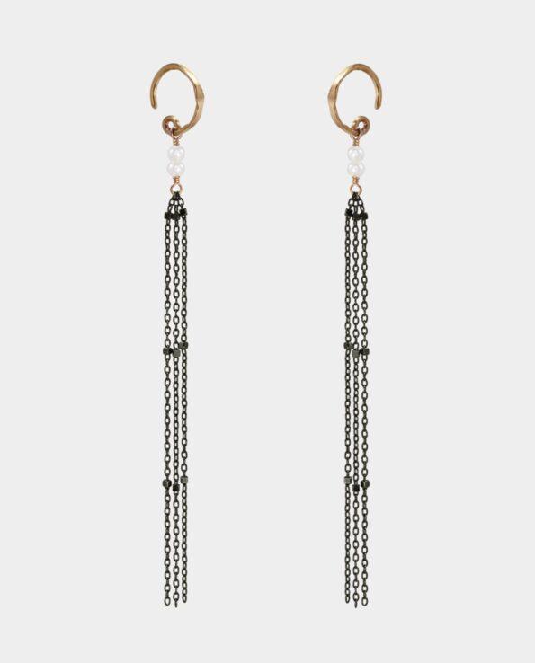 Ørehængere i sort sølv og 18. karat forgyldning med perler og kæder der falder som et slør i barokken