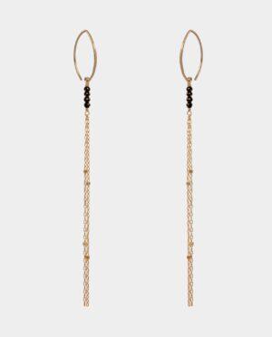 Ørehængere med gotiske ørekroge og facetslebne ædelsten i form af sort spinél på sølvkæder forgyldt med 18 karat guld der glimrer