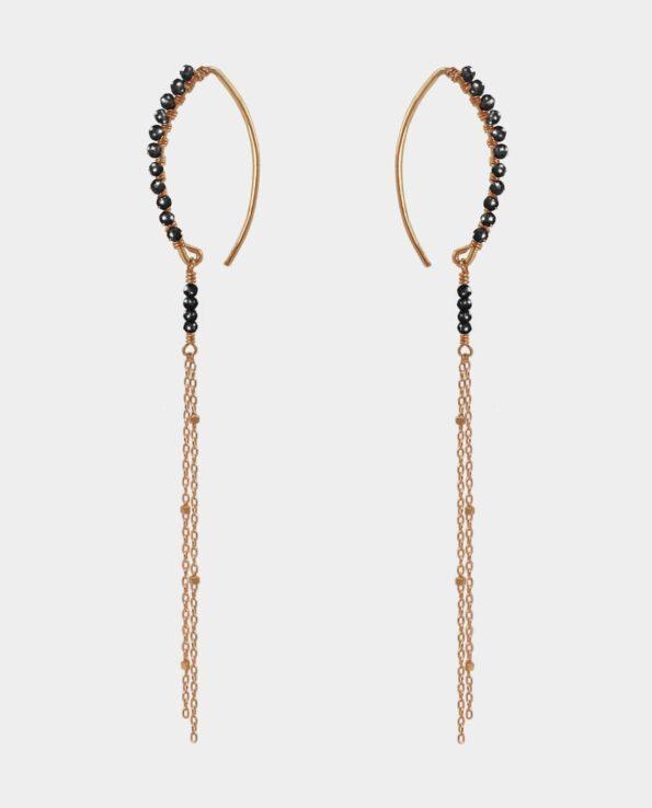 Ørehængere på gotiske ørekroge medto kæder som er udsmykket med små kvadrater og sorte spinél ædelsten