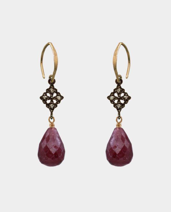 Håndlavede øreringe med store dråbeformede rubiner og zirkoner og rustikke ovale ørekroge i sterlingsølv forgyldt med 18 karat guld