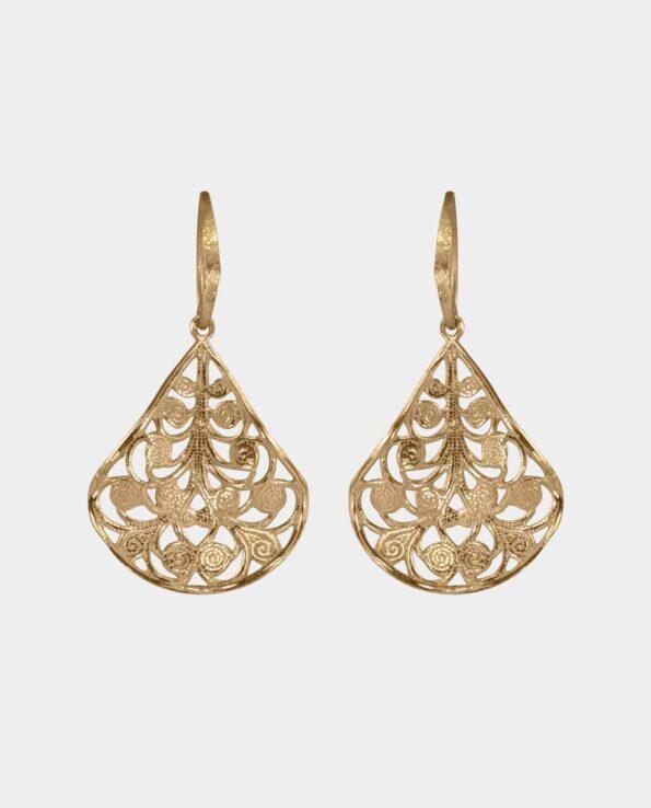 Øreringe formet som blade af guld der vejer i vinden og får guldet til at genskinne i livagtige facetter der harmonerer med de andre ringe og strålende armbånd som du pynter dig med