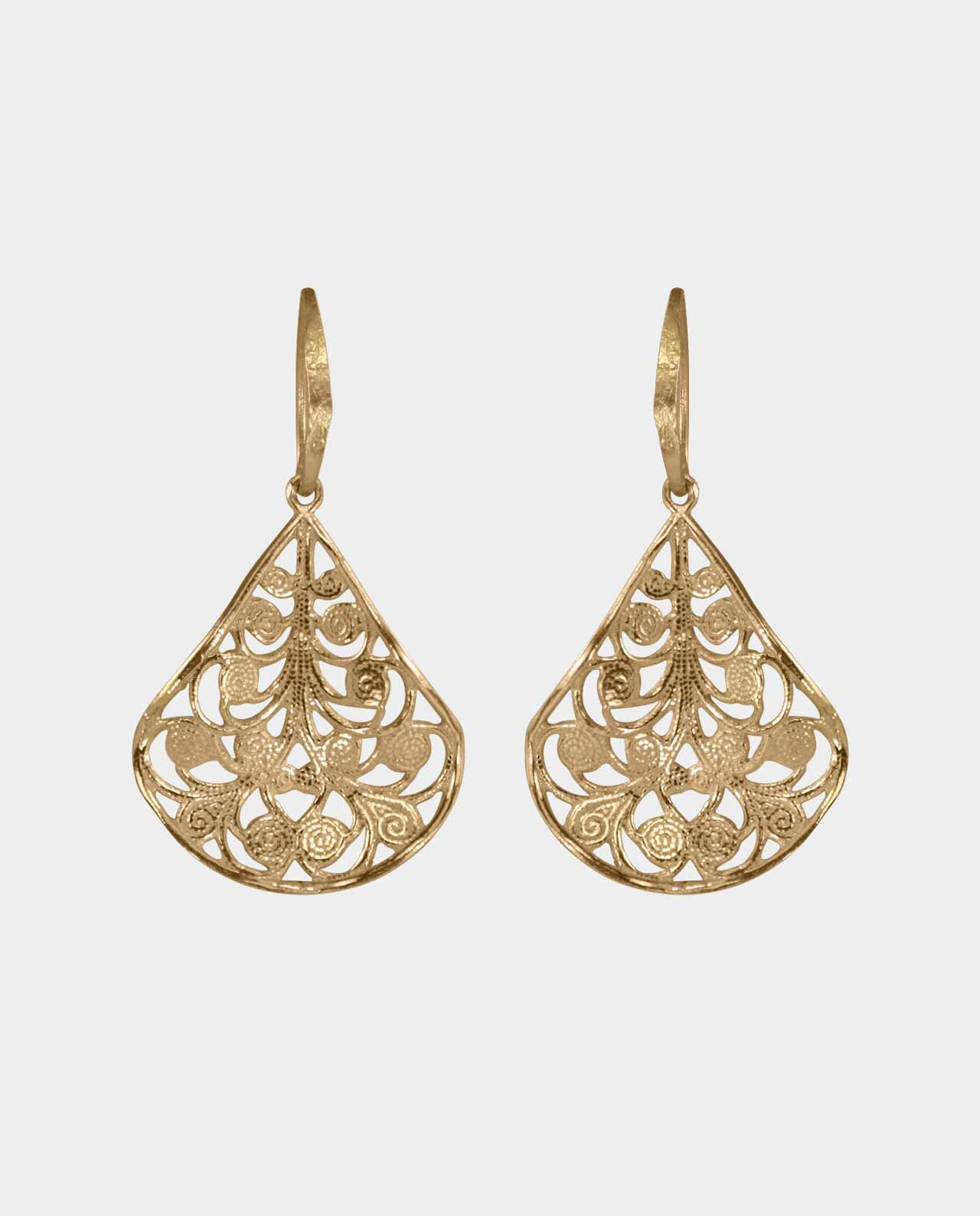 Earrings shaped like gold leaves that shift in the wind and make the gold shine in vivid bevels that match the other rings and brilliant bracelets that you decorate yourself with