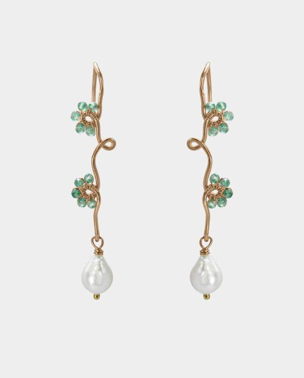Organisk designet ørering med grønne onyx og hvide ferskvandsperler i sin egen smukke fortælling så smykket bliver en hyldest til kvinder der besmykker sig med naturlige ædelsten og håndfabrikerede juveler