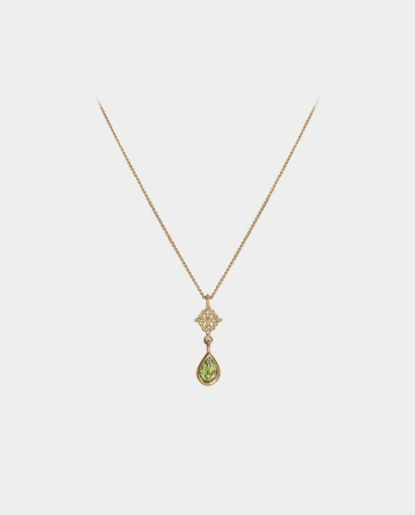 Chick halskæde med grøn peridot i en udtryksfuld guldindfatning og fire levende zirkoner der får bæreren af kæden til at ligne en fe fra et eventyr og ender som en kunstnerisk hyldest til de smykker som smukke kvinder bærer