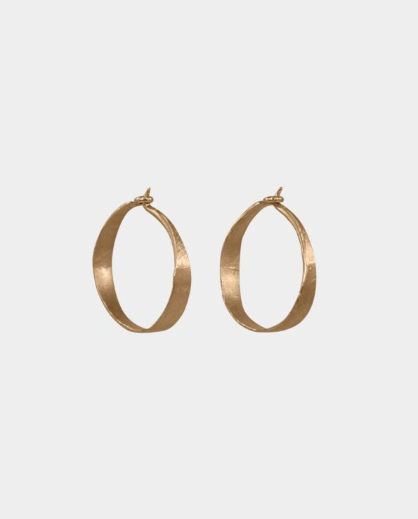 De eksklusive håndlavede hoops i rustikt design har noget magisk over sig som tilfører de fabelagtige øreringe en naturlig kraft som får smykket til at virke forførende på kvinder