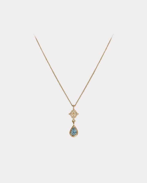 Smagfuld halskæde med blå topas og vedhæng med funklende zirkoner i et samspil hvor sten og indfatning udtrykker en subtil elegance hvorved smykket går i ét med din personlige stil og dit feminine udtryk