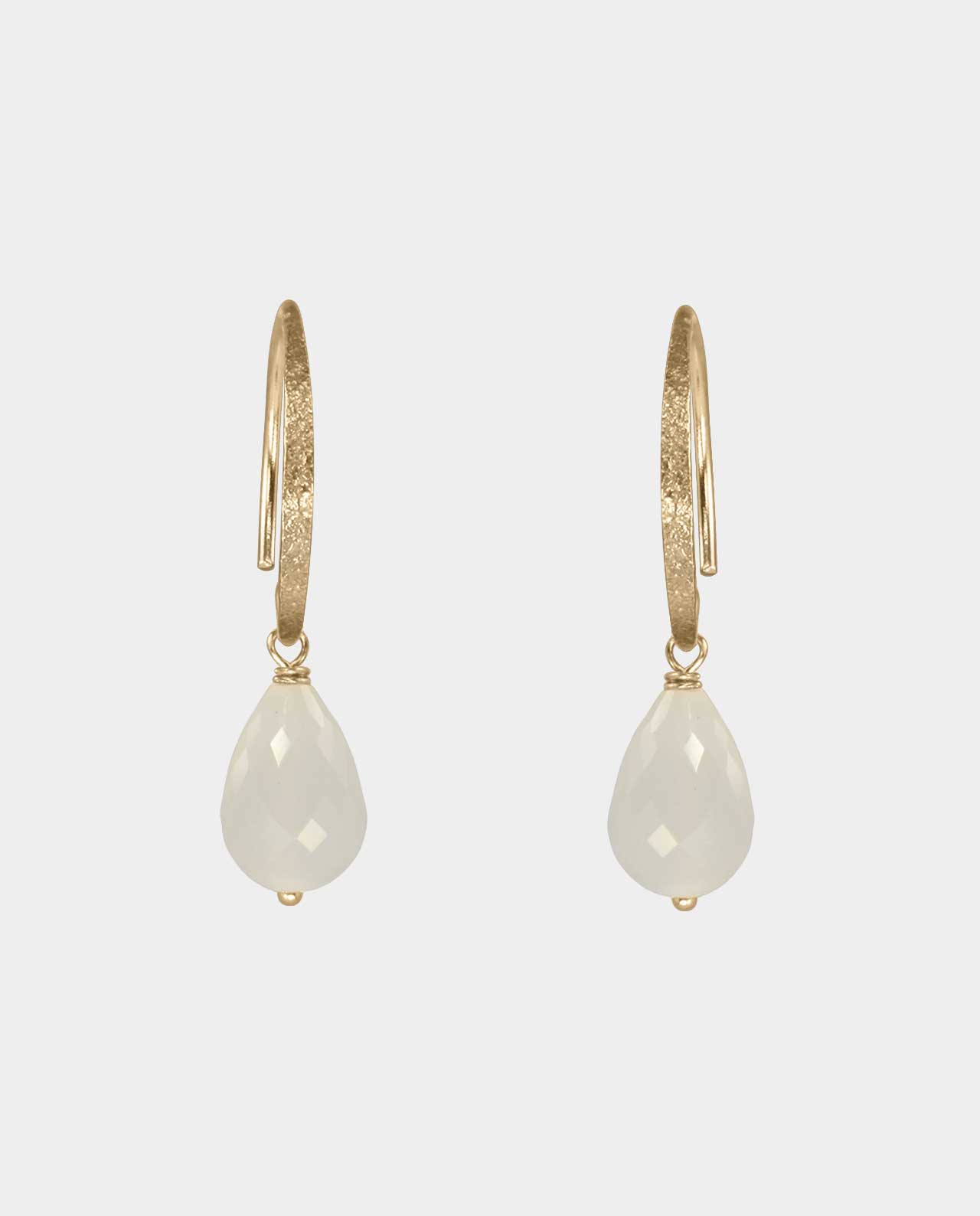 Gold earrings with grey moonstones that play in the light and are the obvious birthday present for the friend who loves beautiful jewelry with colourful gemstones and real gold