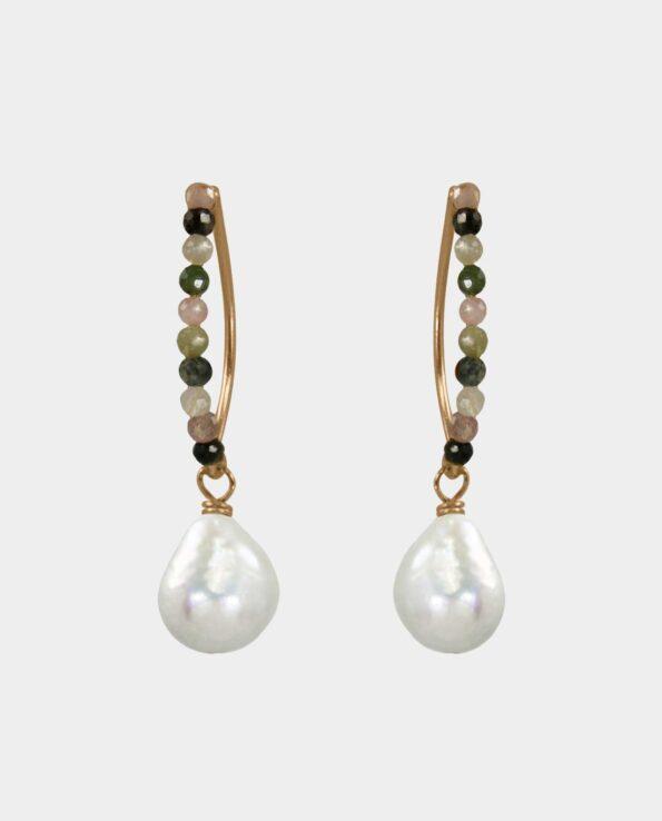 Bedårende øreringe med mangefarvede turmaliner og hvide barokke perler der højner standarden for håndlavede smykkers design og begaver dig med en feminin skønhed og desuden er et smykke der vækker misundelse hos dine veninder