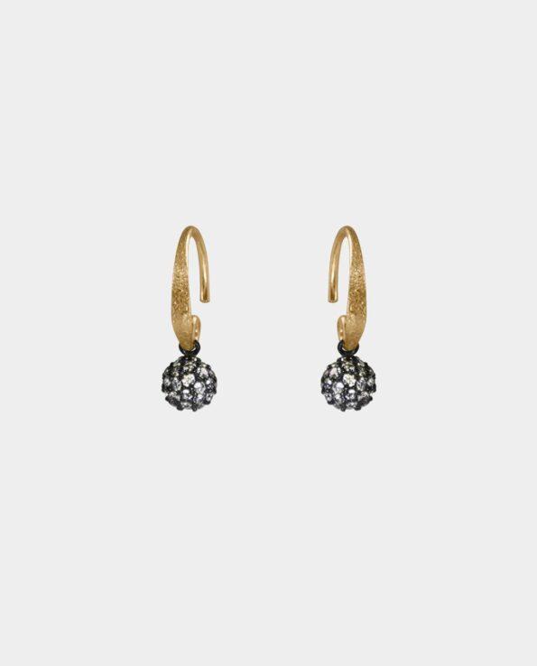 Håndlavede øreringe med hamrede ørekroge og rustikt vedhæng i oxideret sterlingsølv som er perfekte til den moderne kvinde og konfirmanden foruden bruden der skal giftes da smykkerne fremhæver skønheden i øreringenes diskrete og raffinerede balance