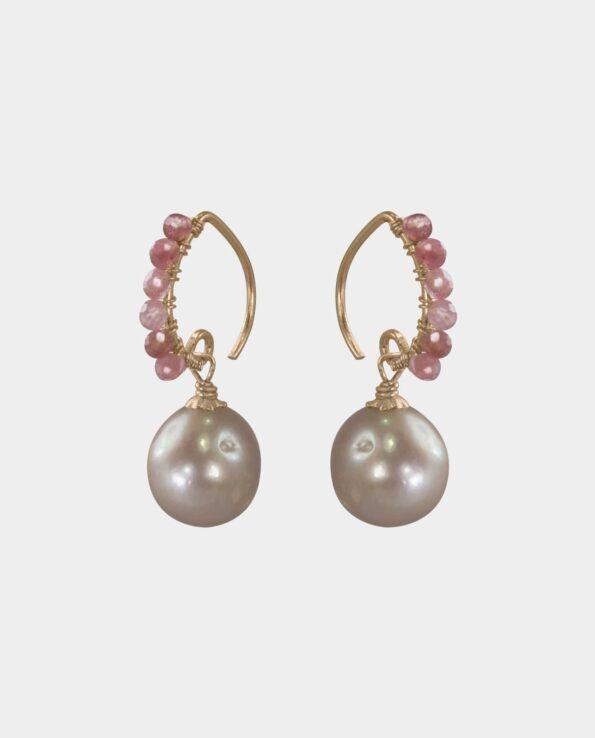 Opsigtsvækkende øreringe med lyserøde opaler og rosa runde perler i et design der er lige så tidløst og underspillet som det er sofistikeret og derfor den rigtige gave til din veninde