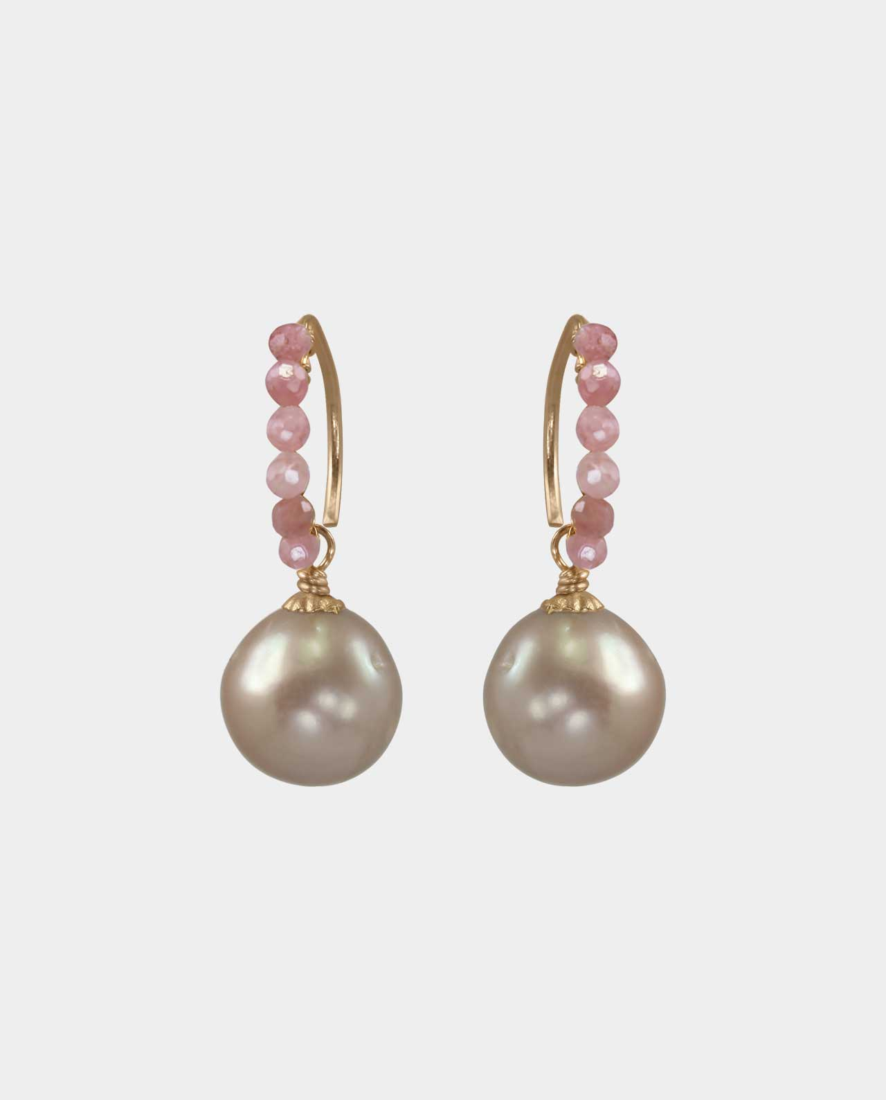 Sensational earrings with pink opals and pink round pearls in a design that is as timeless and understated as it is sophisticated and therefore the perfect gift for your friend
