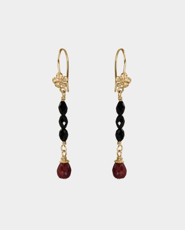 Øreringe med rubiner og sort spinel hvor smykke-designeres formsprog udtrykker hendes ambition om at skabe juveler der fortæller deres egen historie hvor smykket bliver en del af dig og skaber stor tilfredshed med dig selv som kvinde