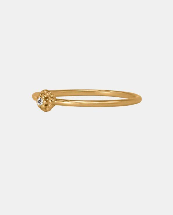 Alle kvinder elsker denne fingerring da dens indfattede zirkon virker indtagende på kvinder og derfor skriver den på ønskelisten som den perfekte gave til veninden eller mor men er også ideel til konfirmanden eller som bryllupsgave