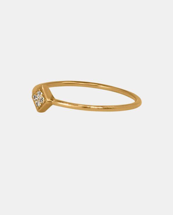 Smuk fingerring indfattet med fire funklende zirkoner i et originalt design der udstråler et førsteklasses smykke i samklamg med guldets gyldne farve