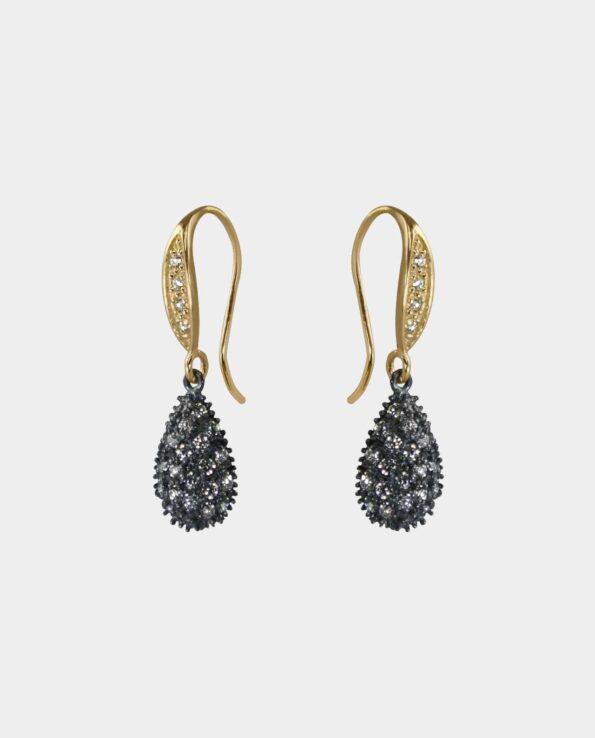 Feminine øreringe med zirkoner og rustikt oxideret sterlingsølv der glimrer i lyset i form af et klassisk smykke som er forarbejdet i hånden hvilket giver øreringene et organisk udtryk med sit ægte guld og ædelsten