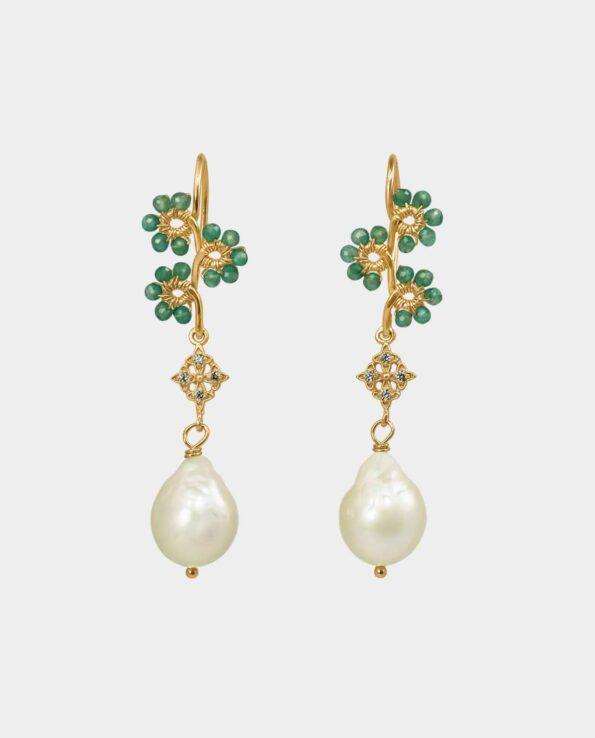 Formfuldendt ørering med blomster af grøn onyx til zirkoner i kors og hvide perler, der får dig til at fremstå med et smykke i malerisk ynde