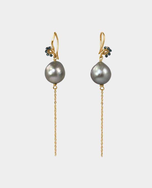 Disse håndlavede øreringe i ægte guld med blå diamanter på funklende sølvfarvede perler er det perfekte smykke som gave til din veninde