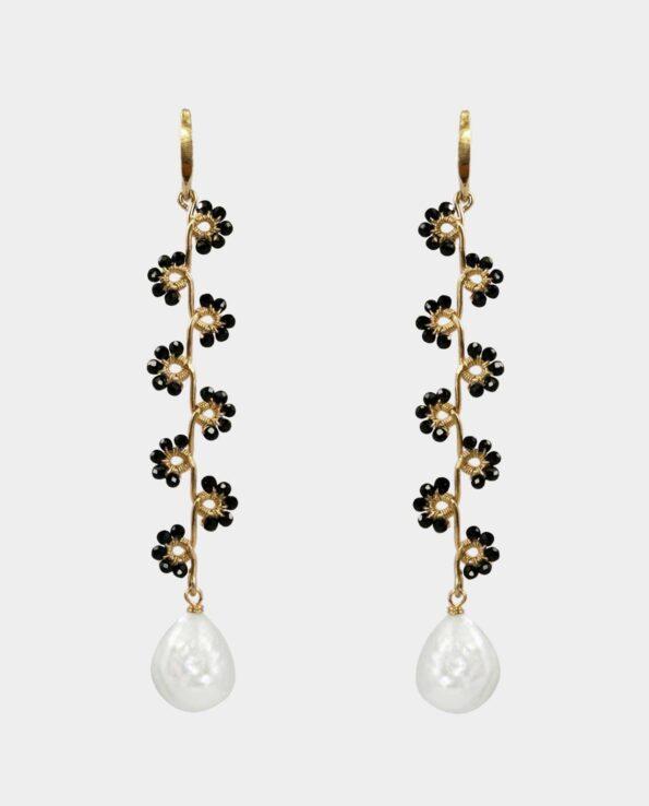 Øreringenes blomster af sort spinel er et smykkesæt der bliver ét med hende der bærer dem i kraft af øreringenes skulpturelle og organiske form som en moderne måde at designe smykker på