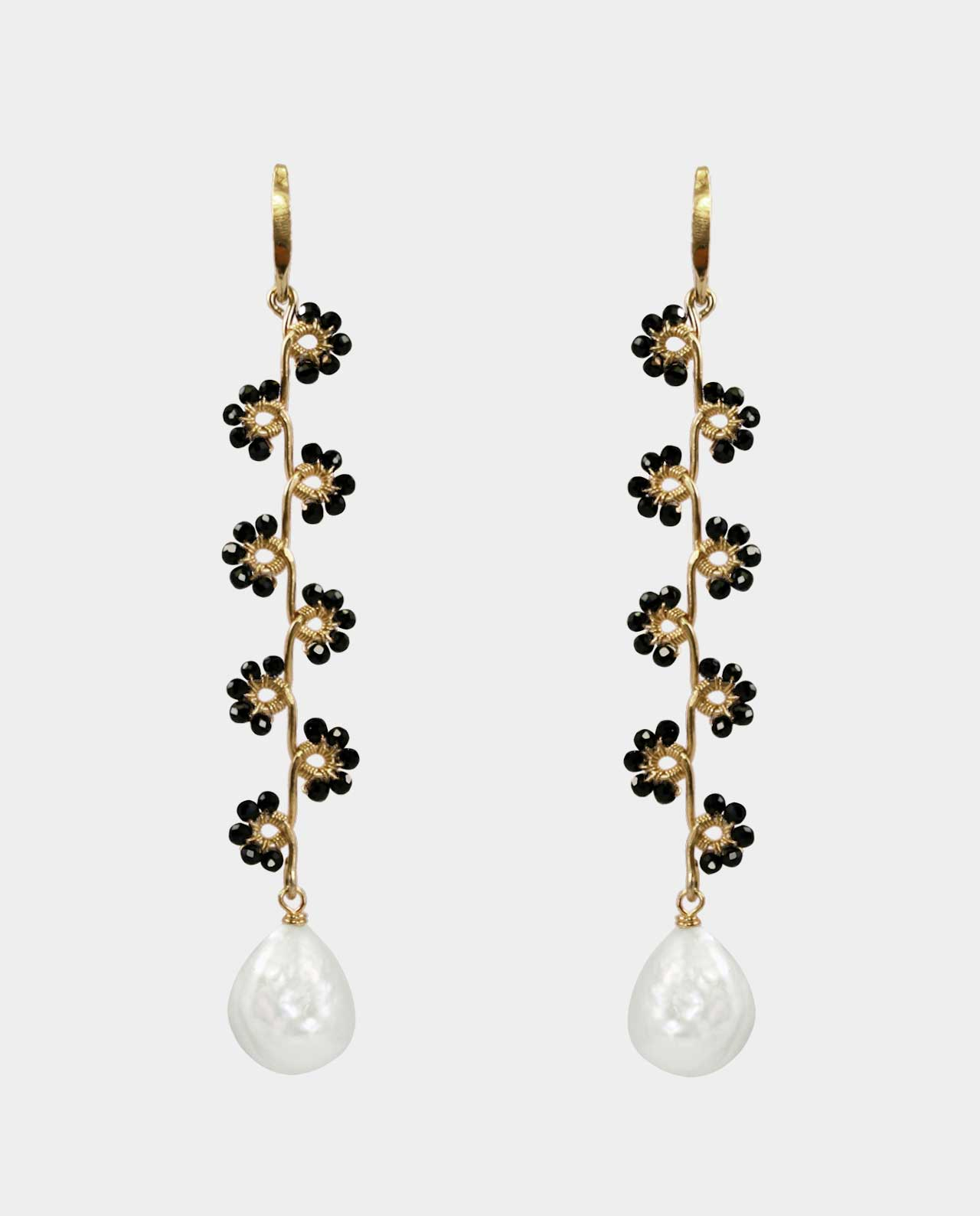 The earrings' flowers of black spinel is a jewelry set that becomes one with the wearer by virtue of the sculptural and organic shape of the earrings as a modern way of designing jewelry