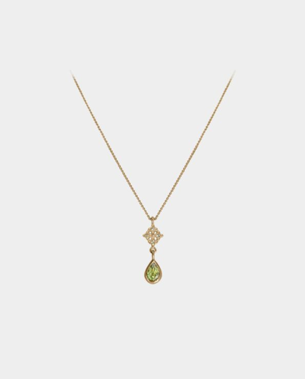 Chic necklace with green peridot in an expressive gold setting and four vivid zirconias that make the wearer of the chain look like a fairy from a story and ends up as an artistic tribute to the jewelry that beautiful women wear