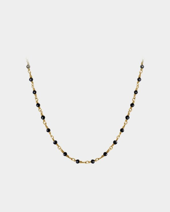 A retro black spinel necklace is a classic Scandinavian piece of jewellery in a timeless design that gives your look a touch of elegance with a compelling effect when light hits the gemstones