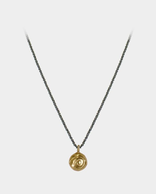 Halssmykke med oxideret venezia kæde og massiv forgyldt vedhæng med afstøbning af en snegl - købes i indre by