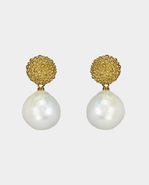 Popular earring from the jewelry shop by Rundetårn. The earring has baroque pearl and artful earhook. An obvious gift for your friend