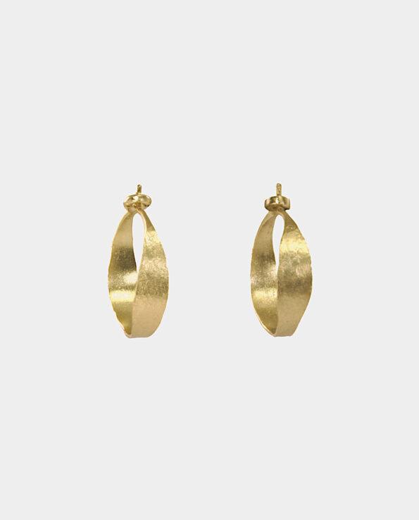Retro hoops i skandinavisk fortolkning som et tidløst design som giver dit udseende et strejf af elegance med en gribende effekt når lyset rammer guldet